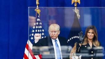 Auch eine kugelsichere Glasscheibe kann ihn davor nicht schützen: Am Mittwoch starten die öffentlichen Amtsenthebungs-Anhörungen gegen Präsident Donald Trump.