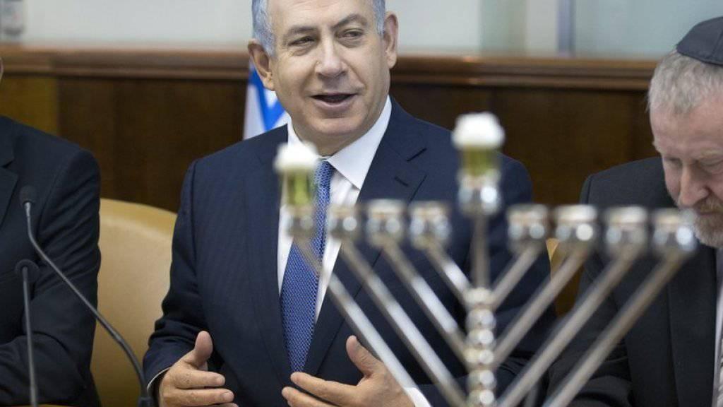 Premierminister Benjamin Netanjahu letzten Sonntag bei der Kabinettssitzung hinter einem Chanukka-Leuchter. Bei einer Chanukka-Feier am Mittwoch im Amtssitz wurden zwei Gäste durch Hundebisse leicht verletzt (Archiv).