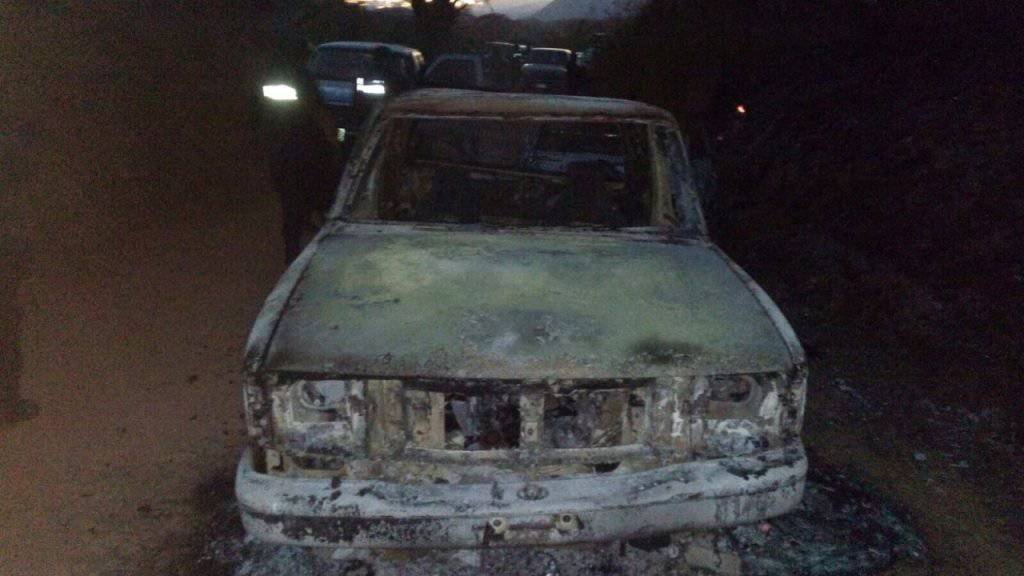 Ein ausgebranntes Auto am mexikanischen Ort, wo bis zu 17 Menschen einer Hochzeitsgesellschaft entführt worden sind.