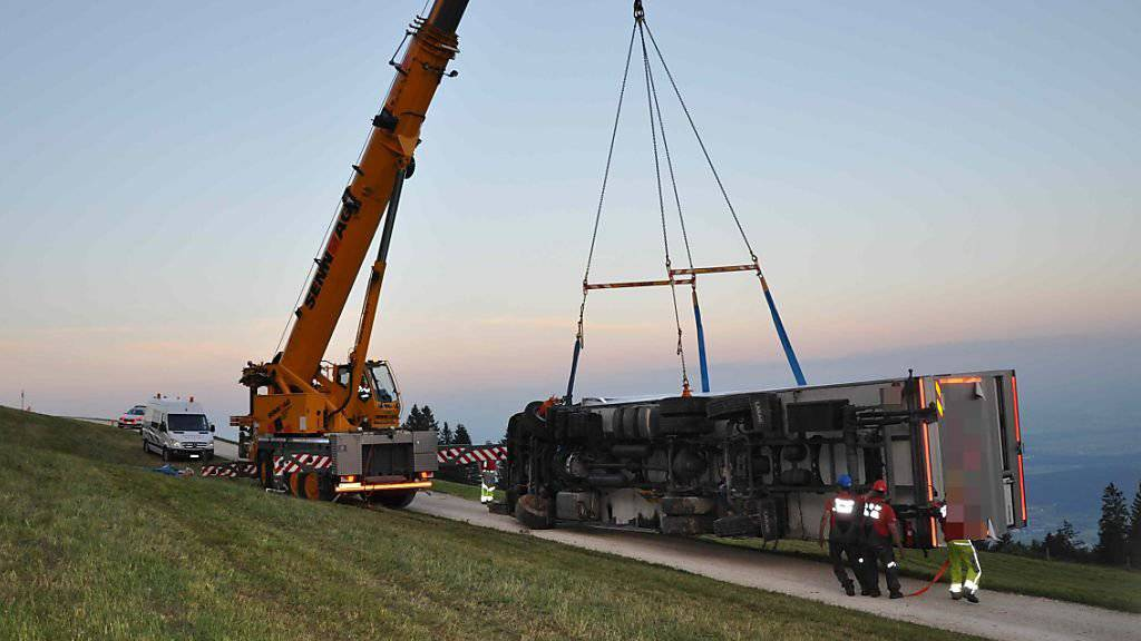 Auf dem Solothurner Hausberg Weissenstein ist am Freitag ein 15 Tonnen schwerer Lastwagen umgekippt. Der Lenker wurde leicht verletzt. Der Lastwagen musste mit Hilfe eines Krans geborgen werden.