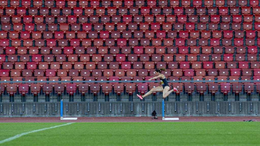 Allein im leeren Letzigrund unterwegs, aber doch mit den Gegnerinnen vereint: Lea Sprunger beim 300-m-Hürdenlauf.