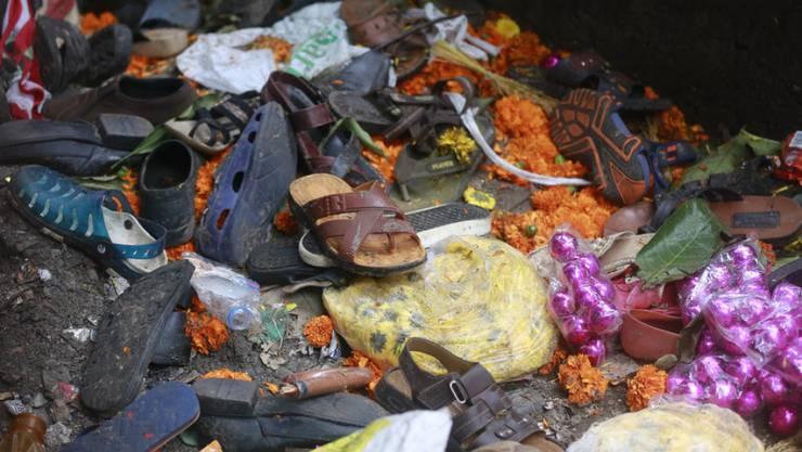 Bei einer Massenpanik in Mumbai starben mindestens 22 Menschen. Nach dem Vorfall bleiben Schuhe und andere Habseligkeiten der Opfer zurück.