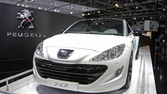 Der Autobauer Peugeot leidet unter dem Preisdruck und plant einen Jobabbau (Archiv)