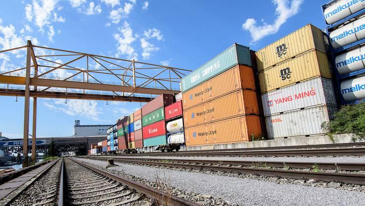 Nicht nur der Schiffsraum ist nach dem Ausfall der deutschen Rheintal-Bahnstrecke knapp, auch die Containerterminals sind am Anschlag.