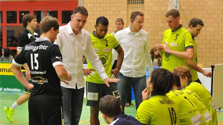 Locker bleiben auf dem Feld, fordert Bujar Dervisaj (links im weissen Hemd) von seinen Spielern.