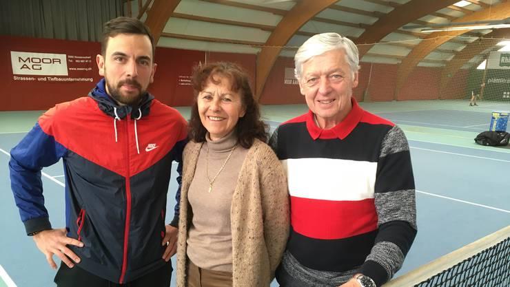 Sie stehen als Besitzer hinter der innovativen Tennisschule Aarau-West: (v.l.) Muhamed Fetov, Monica Blatter-Simmen, Freddy Blatter (Bild: hzh)