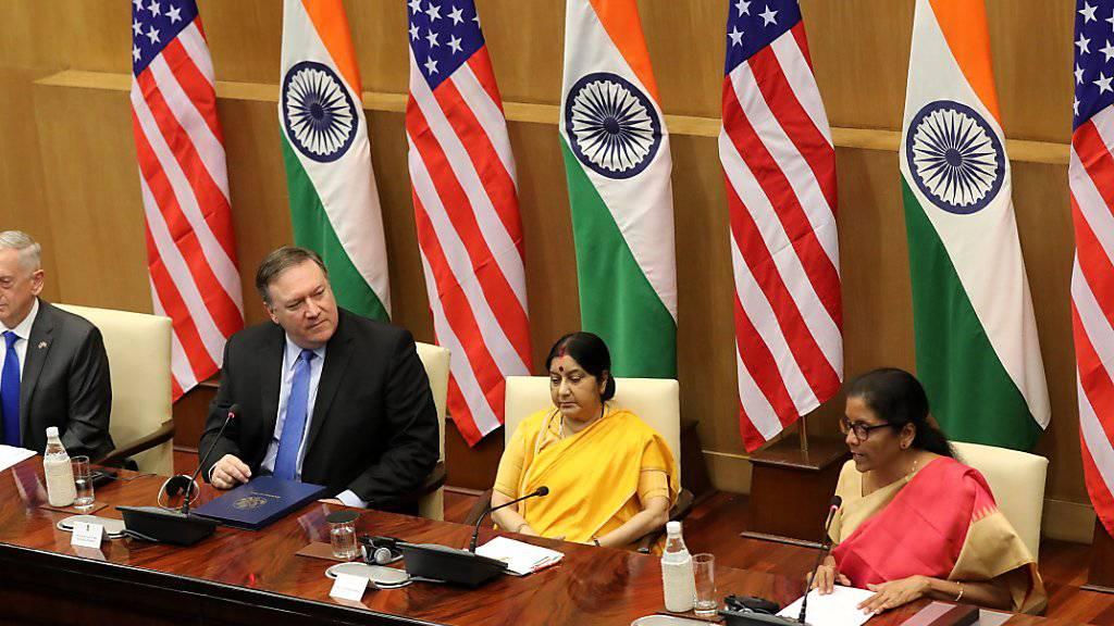 US-Verteidigungsminister Jim Mattis (l) und US-Aussenminister Mike Pompeo haben mit  ihren indischen Amtskolleginnen Suhsma Swaraj und Nirmala Sitharaman einen Verteidigungspakt unterzeichnet. Dieser ermöglicht Indien, neueste Waffensysteme aus den USA zu beziehen.