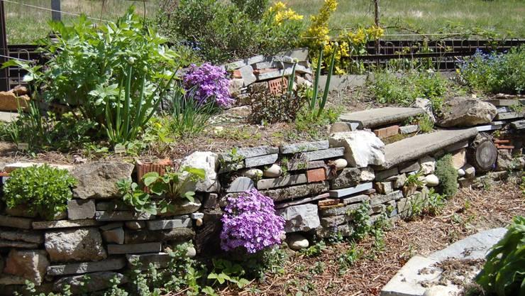 Kräuterhochbeet mit Trockensteinmauer aus Recyclingmaterialien in Schinznach-Bad. Ein Beispiel für permakulturelle Gartengestaltung. Maddy Hoppenbrouwers