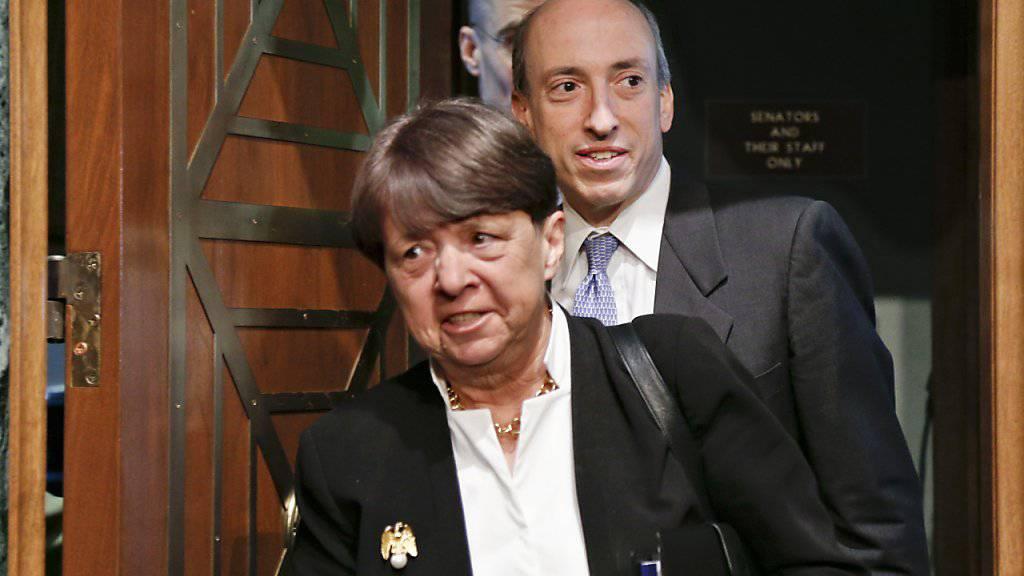 Die Chefin der US-Börsenaufsicht, Mary Jo White (vorne), räumt ihren Posten. (Archivbild)
