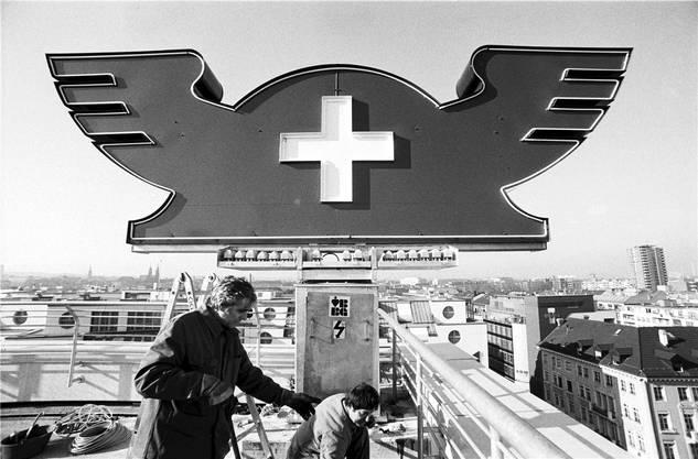 Der Merkurhut, das langjährige Signet der Muba wird 1988 auf das Muba-Parkhaus montiert.