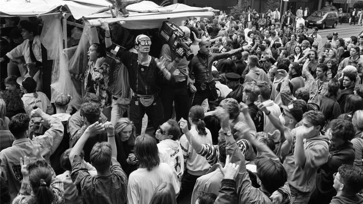 So unglaublich alt ist die Street Parade: Als 1992 die ersten «Raver» tanzten, druckten Zeitungen Fotos noch in Schwarz-Weiss ab..jpg