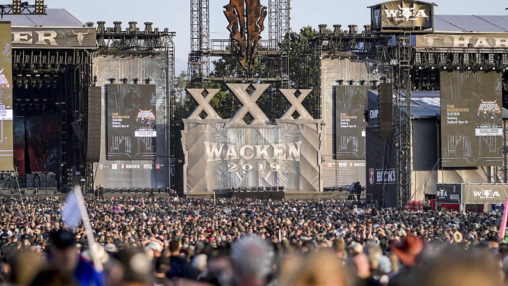 ARCHIV - Festivalteilnehmerin des WOA (Wacken Open Air) feiern vor den Bühnen. Als Ersatz für das coronabedingt in diesem Sommer abgesagte Heavy-Metal-Festival im schleswig-holsteinischen Wacken planen die Veranstalter ein Online-Event. Foto: Axel Heimken/dpa