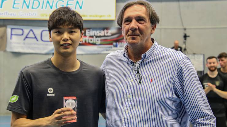 Er wurde als bester Keeper ausgezeichnet: Lee Changwoo von den SK Hawks freut sich über seinen Turnierpreis.