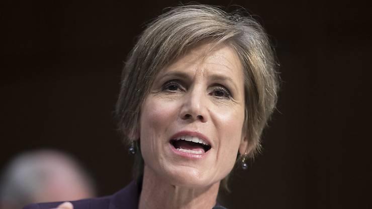 Trump feuert die amtierende Justizministerin und Chefanklägerin, offiziell vor allem wegen ihres Widerstandes gegen seine Einwanderungspolitik.