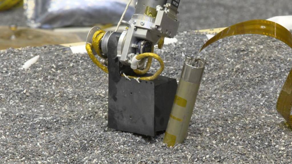 Der selbsthämmernde Marsnagel beim Test im Labor. Auf dem Mars ist er nach 30 cm steckengeblieben. Nun soll er wieder flottgemacht werden. (zVg)
