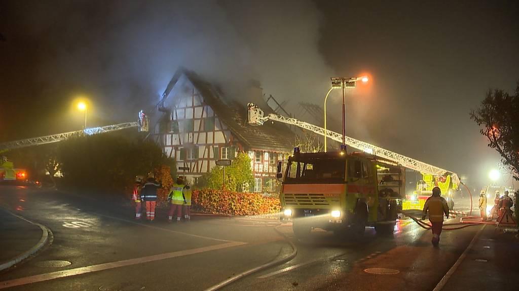Höri (ZH): Mehrfamilienhaus in Vollbrand - neun Personen evakuiert