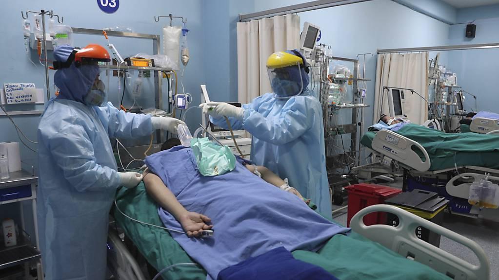 ARCHIV - Mitarbeiter des Gesundheitswesens behandeln einen Patienten auf der Intensivstation für Covid-19 in einem Krankenhaus in Callao in der Nähe von Lima. Foto: Martin Mejia/AP/dpa
