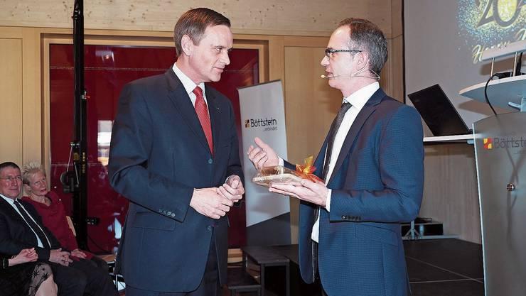 Regierungsrat Jean-Pierre Gallati überbringt Ammann Patrick Gosteli die Grussbotschaft.