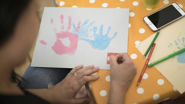 Krabbelgruppen, Beratung, Kurse - diese Angebote werden von Familien in Sozialhilfe viel weniger genutzt als von finanziell besser gestellten Eltern. Die Angebote sind oft unbekannt oder zu teuer. (Symbolbild)