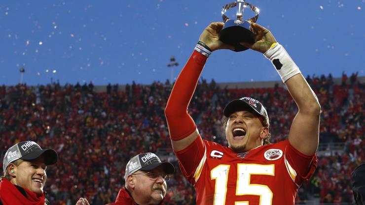 Er trägt die Kansas City Chiefs immer wieder zum Sieg: Quarterback Patrick Mahomes (r.) feiert seine Leistung und die damit verbundene Qualifikation zur Superbowl.