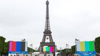 Gefahr droht in den Fanmeilen, 100000 Besucher finden am Eiffelturm Platz. key
