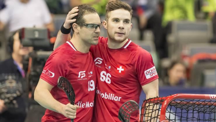 Matthias Hofbauer (links) und Tim Braillard (rechts) stehen mit der am Montag spielfrei gewesenen Schweiz als Viertelfinal-Teilnehmer an der WM in Prag fest
