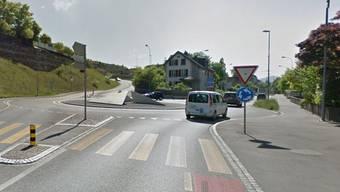 Hier bei diesem Kreisel in Aarau hat ein Auto einen Skateboarder gestreift.