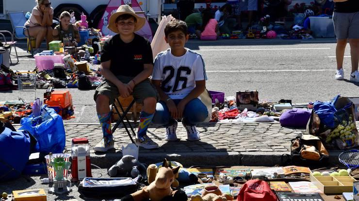 Sie verkaufen Spielsachen, um ein wenig Taschengeld zu verdienen.: Federico links und Ibrahim rechts.