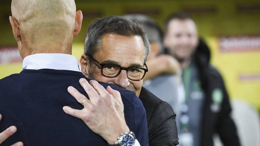 Matthias Hüppi umarmt Peter Zeidler
