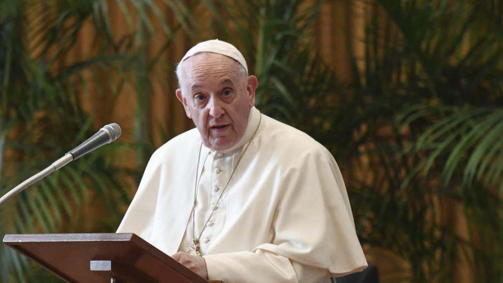 Papst Franziskus spricht im Vatikan während einer Konferenz. Foto: Alessandro Di Meo/Pool ANSA/AP/dpa