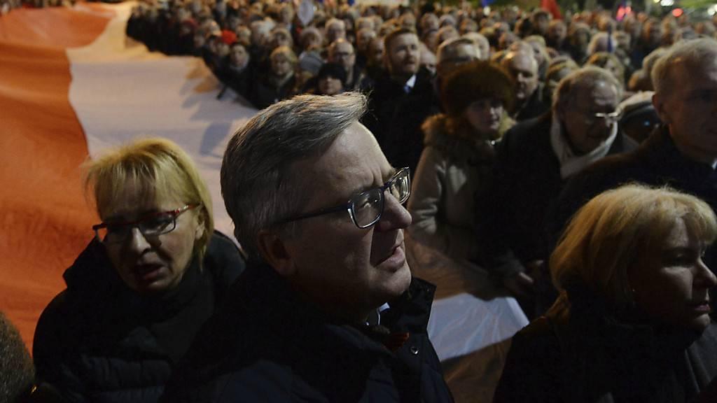 Demonstranten vor dem Parlamentsgebäude in Warschau. Sie pochen auf eine unabhängige Justiz in Polen.