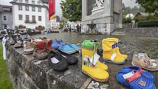 In Stans weisen rund 100 Paar Schuhe auf die Anliegen von Klimaschützern hin.