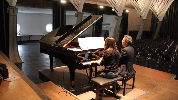 Klavierlehrpersonen Bernadette Soder und Alex Shinn spielen auf dem neuen B-Flügel der Kanti Wohlen. Andrea Weibel