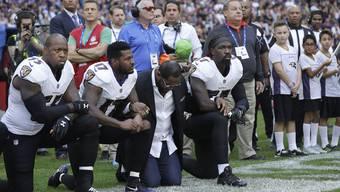 «Kneel down» – kniet nieder: Vier Mitglieder der Baltimore Ravens protestieren während der Nationalhymne gegen den zunehmenden Rassismus in den USA.