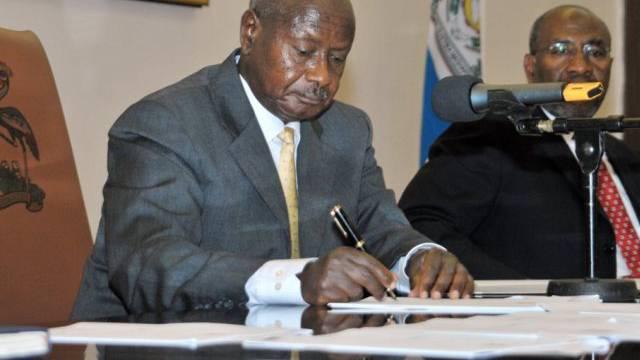 Präsident Museveni beim unterzeichnen des Gesetzes (Archiv)