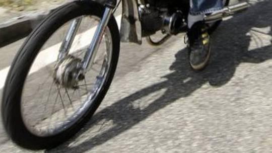 Der Mofafahrer stürzte - der Autofahrer fuhr nach dem Vorfall einfach weiter. (Symbolbild)