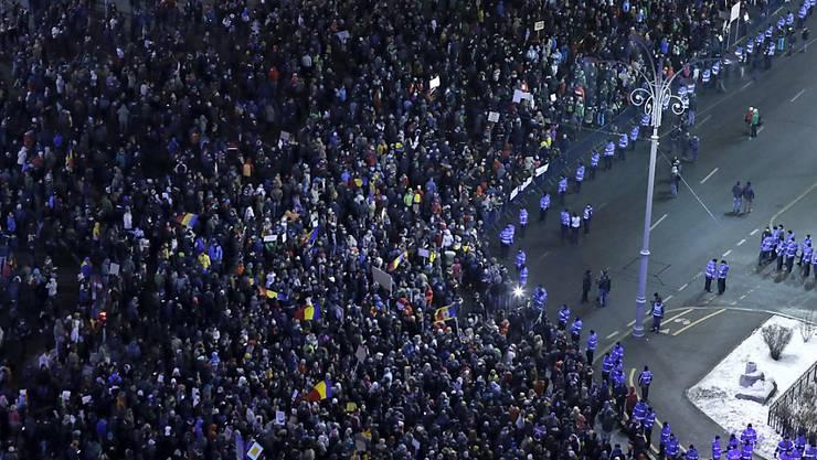 Tausende Demonstranten protestieren in Bukarest gegen die Regierung.