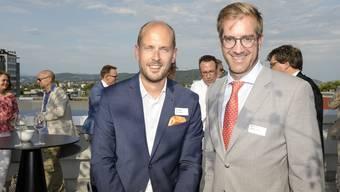 Auf der Dachterasse der HKBB findet der Sommerapero mit vielen Gästen aus Wirtschaft, Politik und Gesellschaft statt. Grossratspräsident Joel Thüring und RR Conradin Cramer.