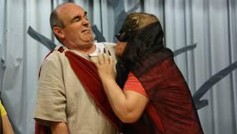 Kevin, Märchenheld wider Willen, gespielt von Roland Steimer, fühlt sich in seiner Rolle noch nicht ganz wohl.