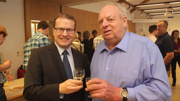 Gemeindeammann Roger Lehner (l.) stösst mit seinem Vorgänger und Fusionsgegner Ernst Baumann an.