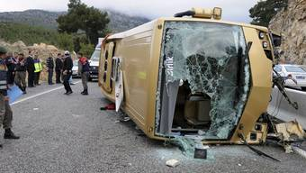 Polizisten sichern den Unfallort des Reisebus in Antalya