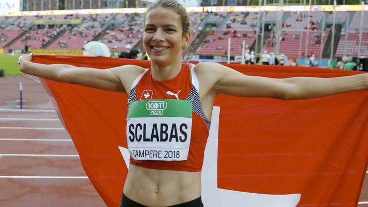 Delia Sclabas mit der Schweizer Fahne (Archiv-Aufnahme)