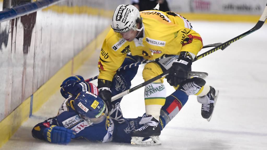 Der SC Bern ringt auch den HC Davos nieder: Der Berner Beat Gerber bringt den Davoser Aaron Palushaj  zu Fall.