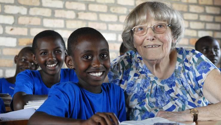 Margrit Fuchs (†) mit Schülern in Ruanda.