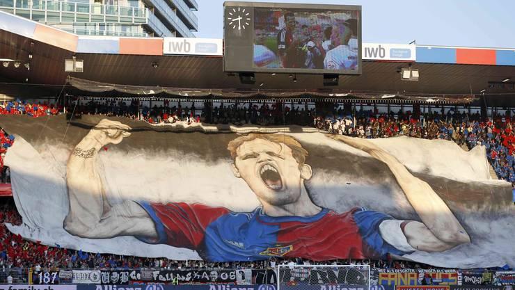 Die FCB-Fans würdigen ihr Urgestein mit einer Choreo.