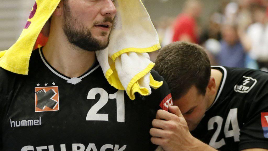 Nach der Niederlage in Skjern in der Champions League unter Zugzwang: die Kadetten mit Johan Koch (links) und Nik Tominec