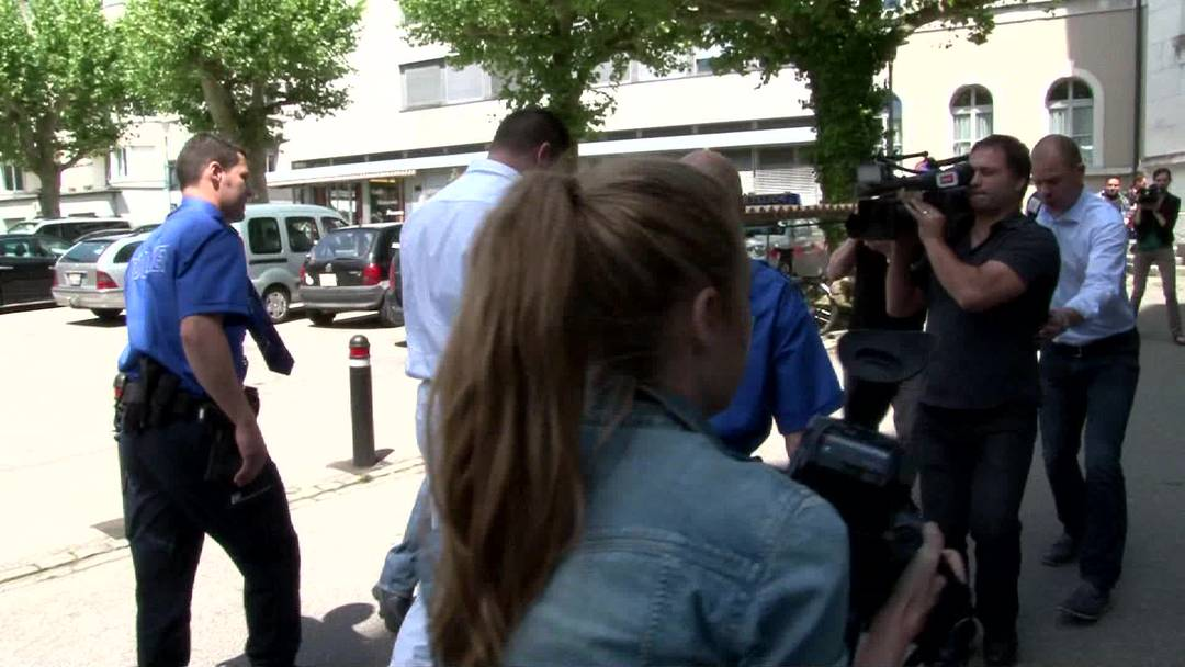 Die Angeklagten im Schenkkreis-Mord werden vor Gericht geführt