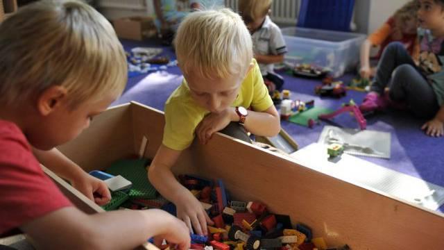 Kinder spielen in einem Kindergarten (Archiv).