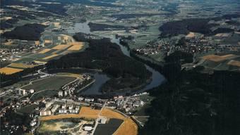 Der Flachsee ganz oben im Bild, kurz nach seiner Entstehung, links das neue Kraftwerk Bremgarten-Zufikon. zvg/AEW-Archivbild