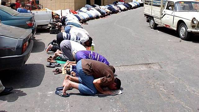 Algerier beim Freitagsgebet (Archiv)